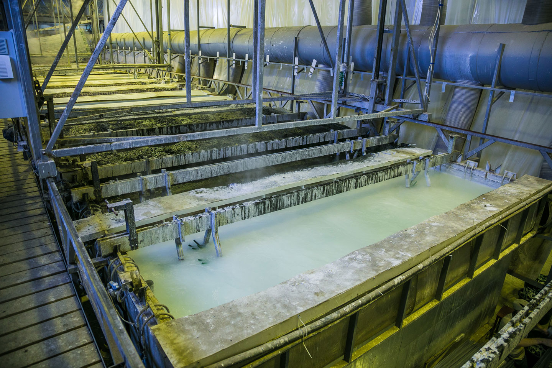Galvanisieren-in-der-Industrie-Wannenbad-Elektrolyse